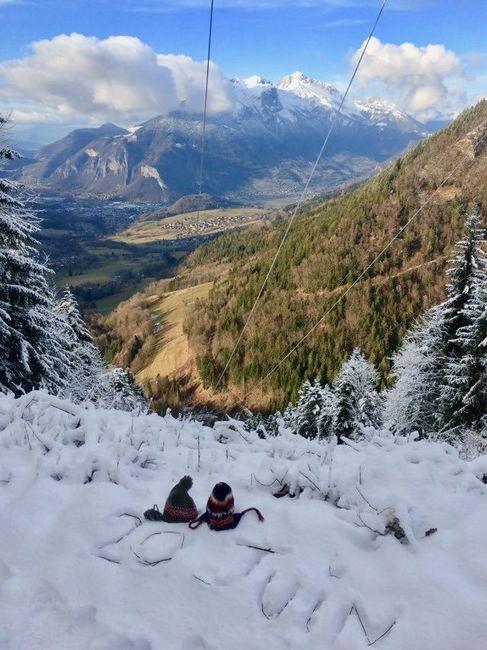 Annoncer la date du mariage pendant une randonnée hivernale autour de la maison.