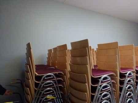 Chaises et tables de la salle