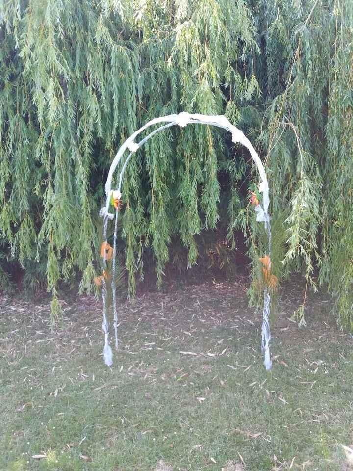 Arche avec un mélange de fleurs artificielles tropicales et vraies fleurs