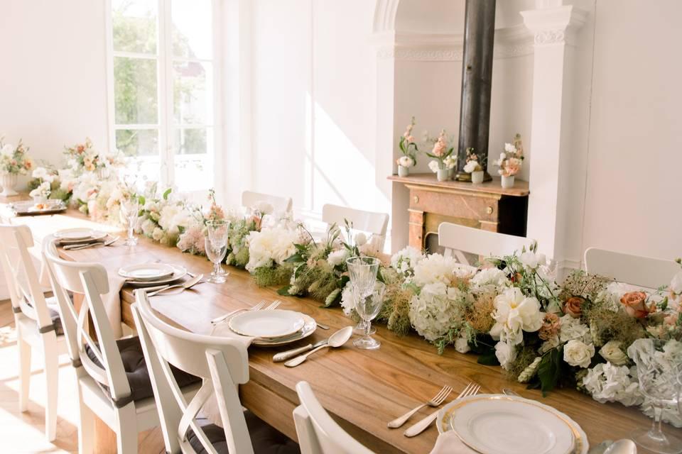 Table avec chemin de fleurs