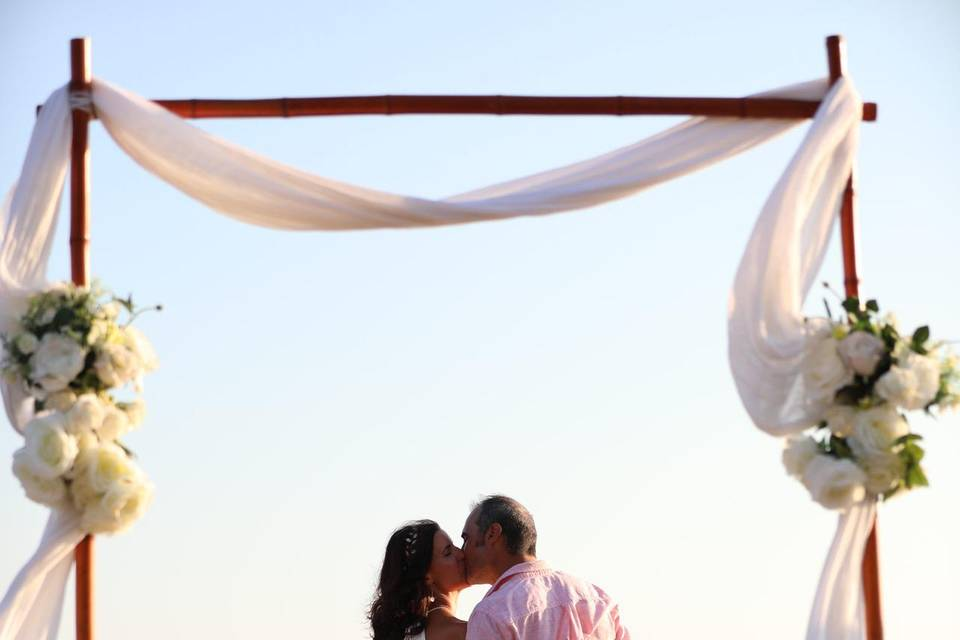 Mariés au bord de l'eau