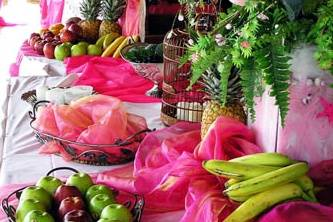 Fruits sur table rose