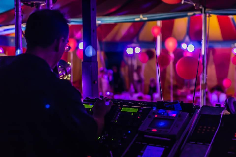DJ attenant au chapiteau