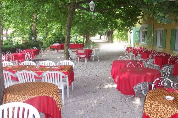 Tables en terrasse ombragée