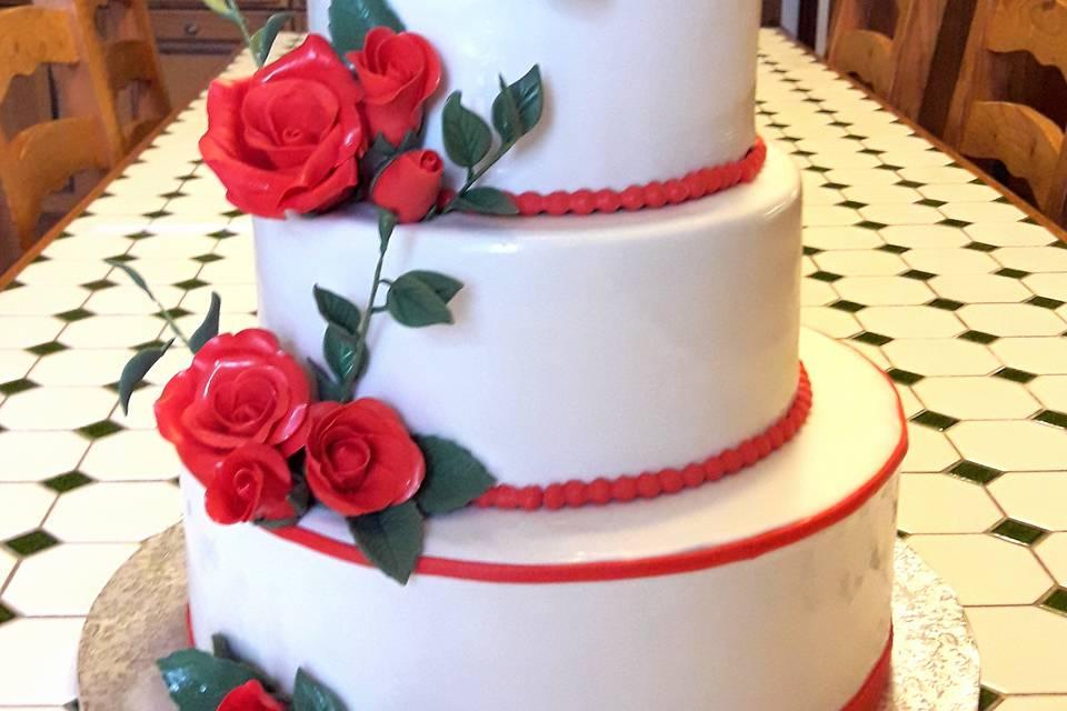 Wedding cake roses rouges