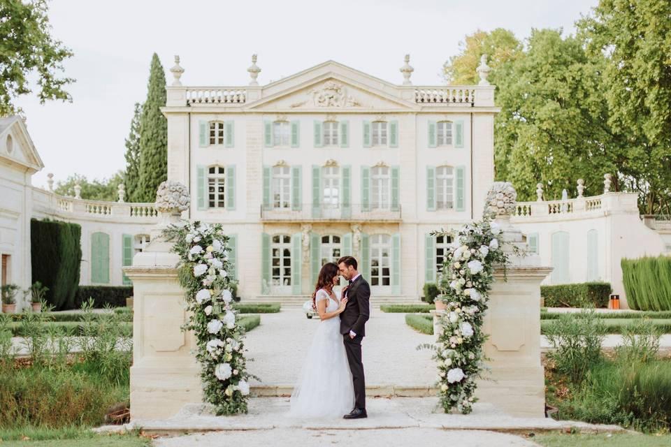 Couple devant un château