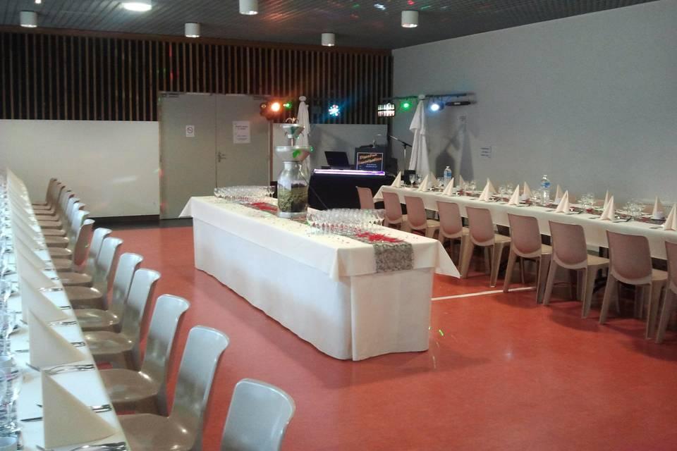 Salle avec tables et buffet