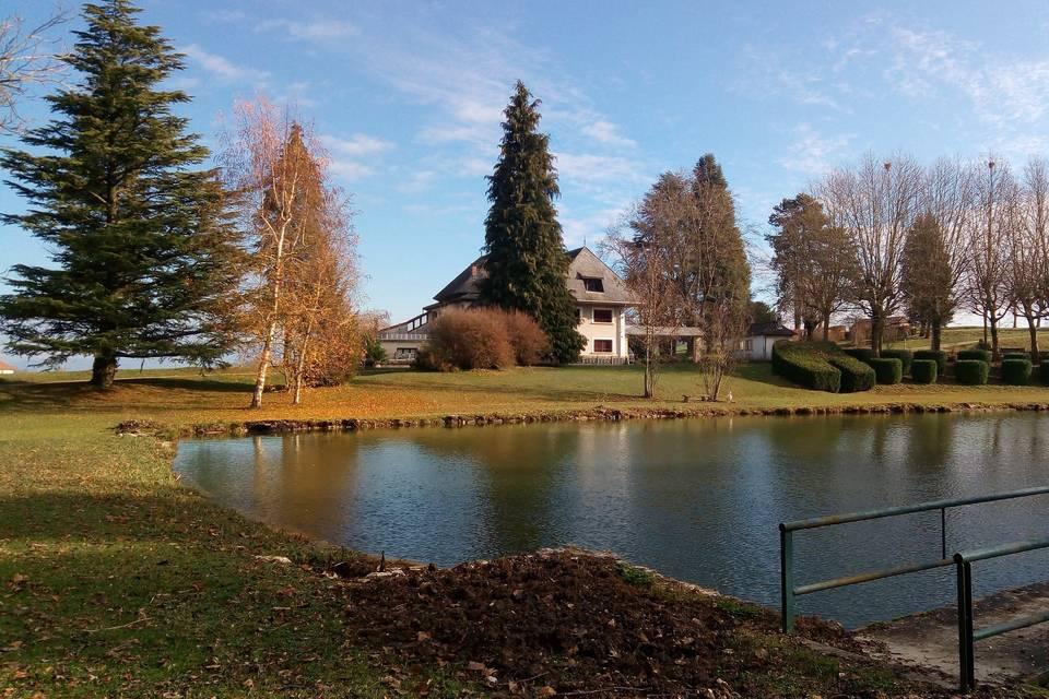Le maison vue depuis l'étang