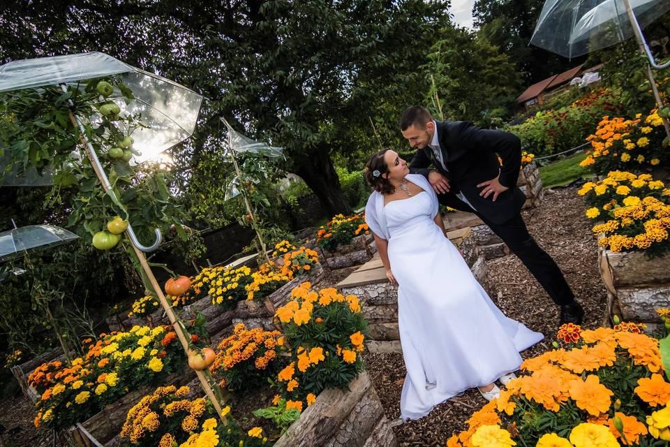 Les mariés dans le jardin