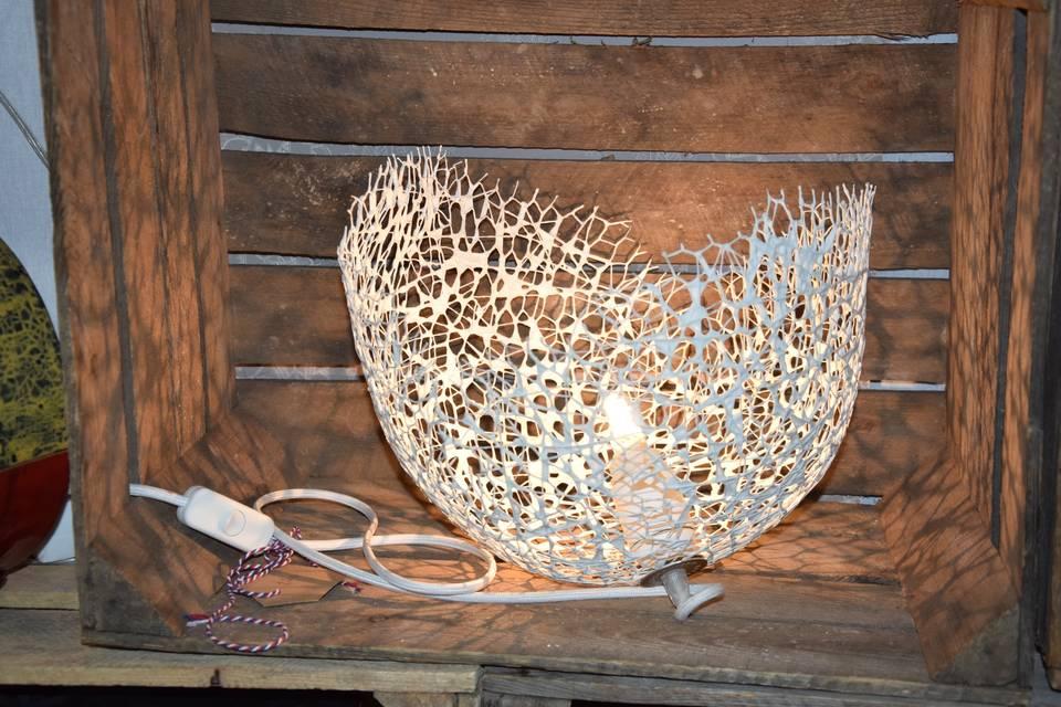 Lampe en dentelle de béton